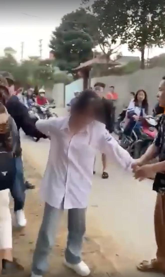 Xuất hiện clip nhóm phụ huynh vây đánh một nữ sinh ngay giữa đường, nghi do quá bức xúc vì con gái bị đánh hội đồng  - Ảnh 3.