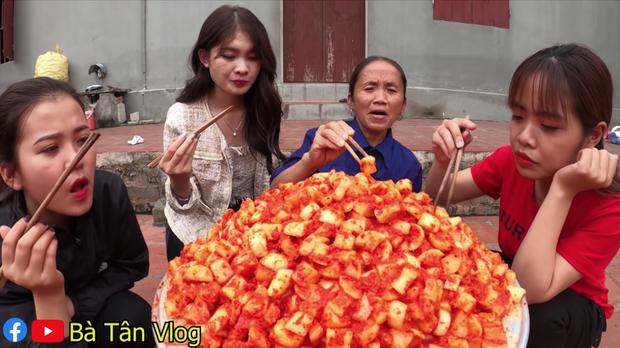 Bà Tân Vlog làm kim chi củ cải nhưng cách bà mời các cháu ăn lại khiến nhiều người bất ngờ - Ảnh 7.