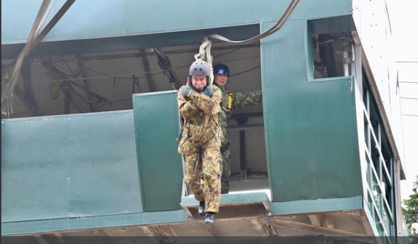 Bộ trưởng Quốc phòng Nhật Bản nhảy dù làm mẫu trong diễn tập quân sự Mỹ-Nhật - Ảnh 3.