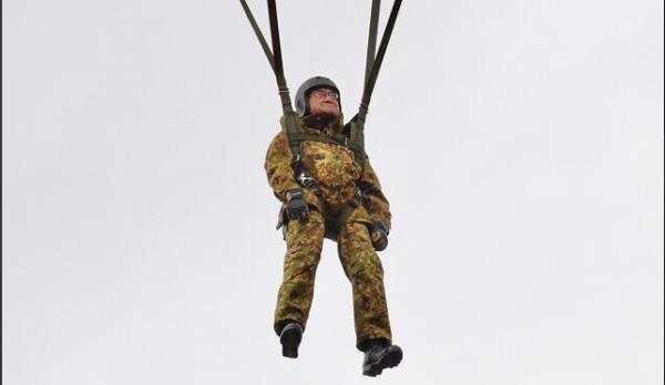 Bộ trưởng Quốc phòng Nhật Bản nhảy dù làm mẫu trong diễn tập quân sự Mỹ-Nhật - Ảnh 5.