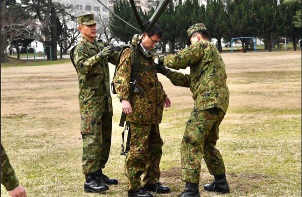 Bộ trưởng Quốc phòng Nhật Bản nhảy dù làm mẫu trong diễn tập quân sự Mỹ-Nhật - Ảnh 7.