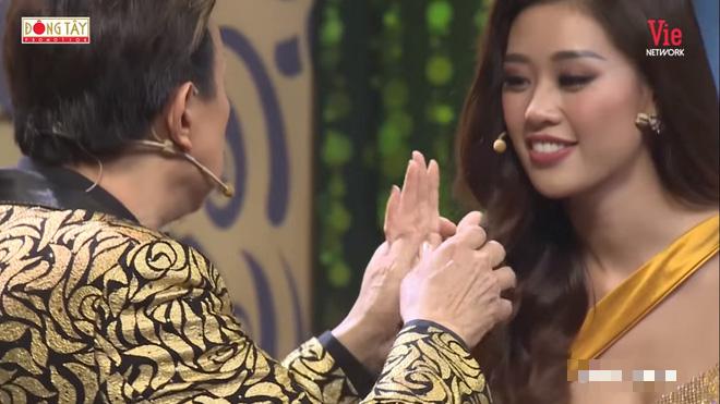 Chí Tài nắm chặt và hôn tay hoa hậu Khánh Vân: Hãy về với anh đi - Ảnh 1.