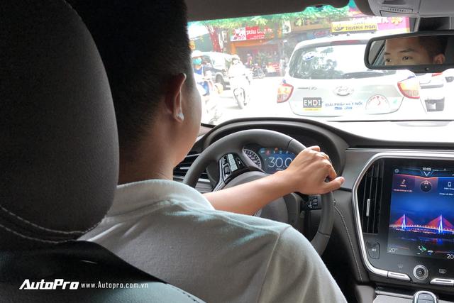 VinFast Lux trả lái chậm, nhiều xe được gọi tới đại lý để kiểm tra - Ảnh 1.