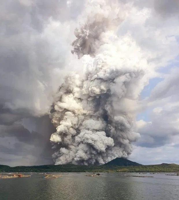 Cột khói khổng lồ xen lẫn sấm chớp ẩn hiện trông như cột chống trời khi núi lửa hoạt động trở lại sau hơn 40 năm ở Philippines - Ảnh 1.