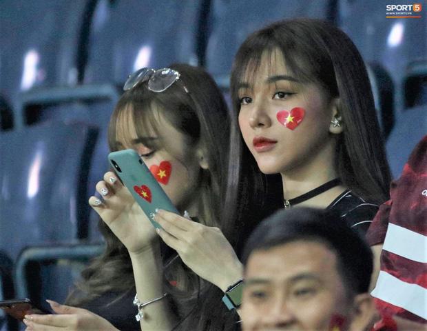 Bạn gái Hoàng Đức chiếm spotlight với góc nghiêng thần thánh khi sang Thái Lan cổ vũ U23 Việt Nam đấu U23 Jordan - Ảnh 1.