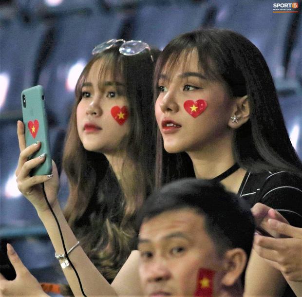 Bạn gái Hoàng Đức chiếm spotlight với góc nghiêng thần thánh khi sang Thái Lan cổ vũ U23 Việt Nam đấu U23 Jordan - Ảnh 2.