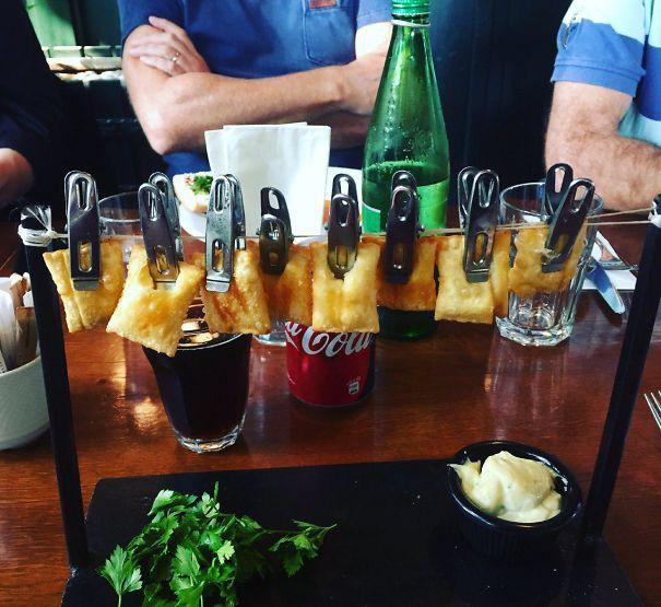 Dùng ô đựng cocktail cho đến bày đồ ăn lên dép, sự sáng tạo quá đà trong ẩm thực quả khiến người ta khóc thét - Ảnh 7.