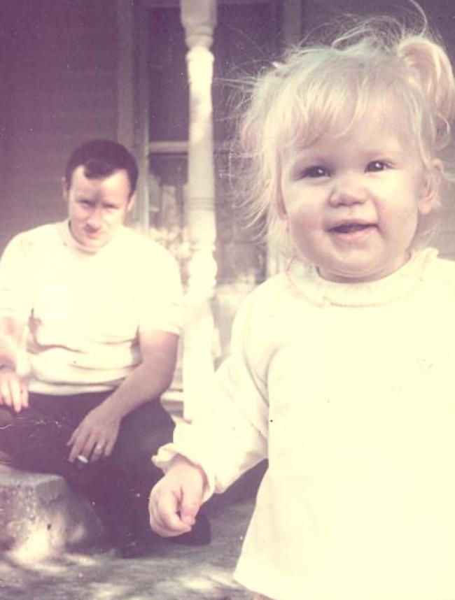 Bức ảnh bé gái tươi cười nhưng lại chứa đựng điều rùng mình gây ra bởi gã đàn ông phía sau khiến đứa trẻ bị tổn thương nghiêm trọng - Ảnh 1.