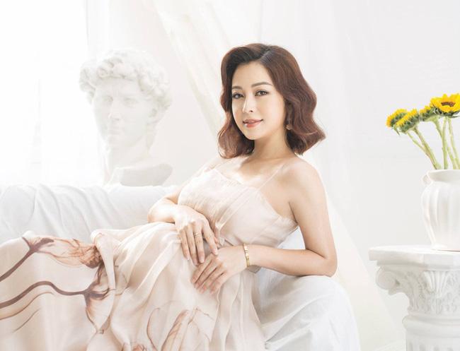 Hoa hậu Jennifer Phạm hạ sinh bé thứ 4, được mẹ chồng bay từ Hà Nội vào TP.HCM chăm sóc - Ảnh 2.