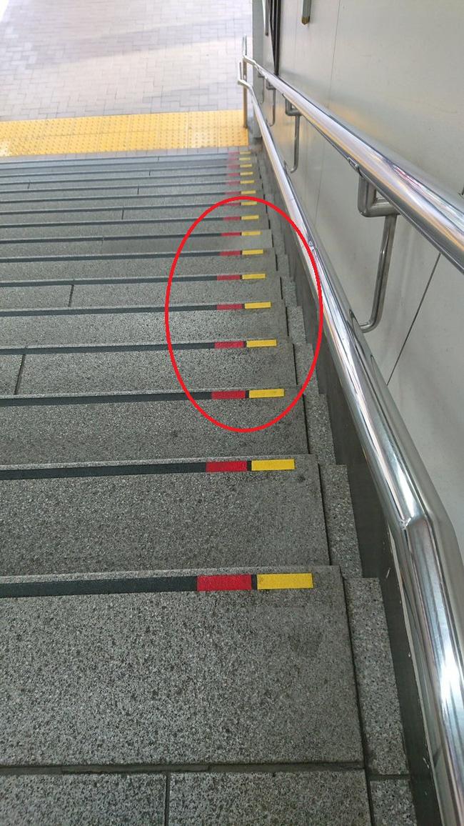 Lý do bất ngờ khiến nhiều bậc cầu thang ở Nhật có dấu đỏ-vàng, quả không hổ danh là quốc gia kỹ tính nhất thế giới - Ảnh 1.