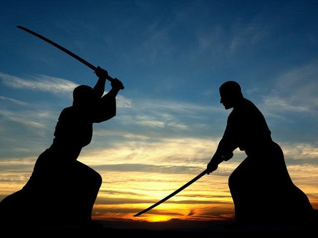 Người đàn ông thách đấu 1vs2 bằng kiếm Nhật để giải quyết tranh chấp với vợ cũ - Ảnh 1.