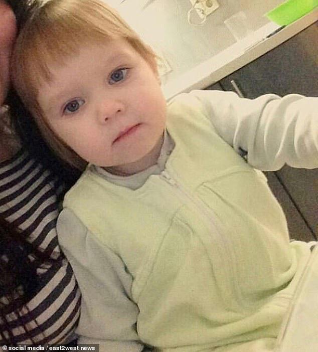 Bé gái 3 tuổi bị bỏ đói đến nỗi phải ăn bột giặt rồi qua đời trong lúc mẹ đi tiệc tùng 1 tuần, hiện trường vụ án gây phẫn nộ - Ảnh 3.