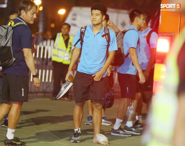 Bị cầu thủ Jordan chơi bóng kiểu bánh mì kẹp thịt, Đức Chinh tập tễnh lên xe buýt về khách sạn - Ảnh 4.