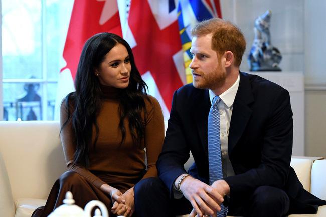 Trước cuộc họp sống còn của nhà Meghan Markle, Nữ hoàng xuất hiện với vẻ mệt mỏi, lộ dấu hiệu bất thường cho thấy bà bị suy sụp như thế nào - Ảnh 4.