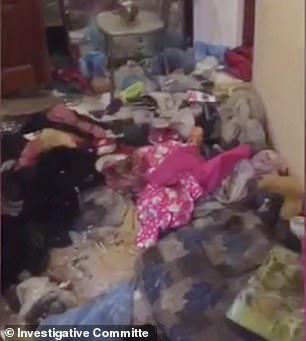 Bé gái 3 tuổi bị bỏ đói đến nỗi phải ăn bột giặt rồi qua đời trong lúc mẹ đi tiệc tùng 1 tuần, hiện trường vụ án gây phẫn nộ - Ảnh 5.