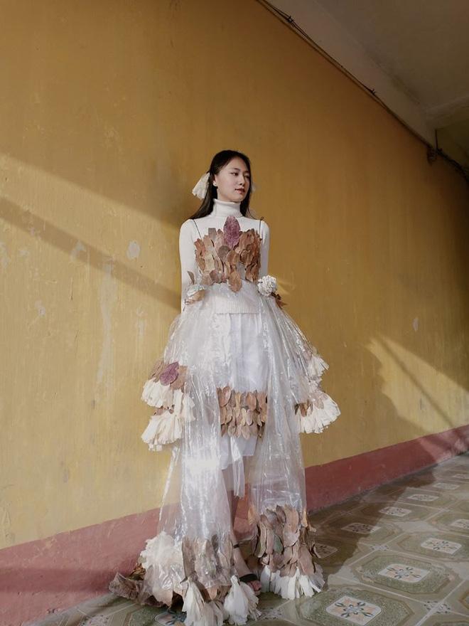 Diện bộ váy tái chế 0 đồng, nữ sinh gây sốt với gương mặt xinh xắn cùng thần thái đỉnh cao không thua kém mẫu ảnh chuyên nghiệp - Ảnh 7.