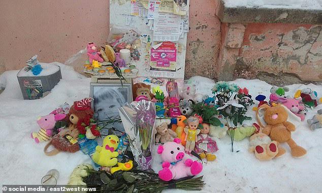 Bé gái 3 tuổi bị bỏ đói đến nỗi phải ăn bột giặt rồi qua đời trong lúc mẹ đi tiệc tùng 1 tuần, hiện trường vụ án gây phẫn nộ - Ảnh 9.