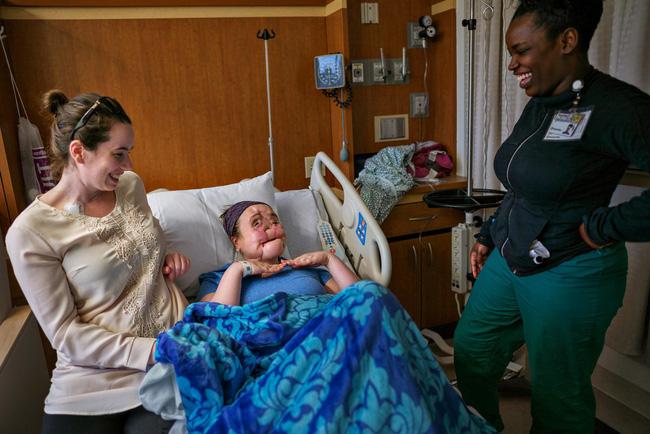 Hành trình của người phụ nữ trẻ nhất thế giới được cấy ghép khuôn mặt từ người hiến tặng và cuộc chiến với tử thần kéo dài 31 tiếng - Ảnh 4.