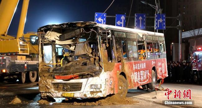 Xe buýt đang vào trạm bất ngờ gặp nạn khi mặt đường bị sập khiến 9 người tử vong - Ảnh 5.