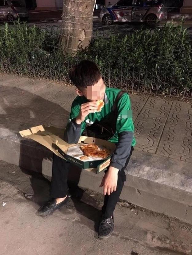 Cuối năm, hình ảnh shipper ngồi vỉa hè, ăn miếng pizza trong cay đắng khiến tất cả bức xúc - Ảnh 2.