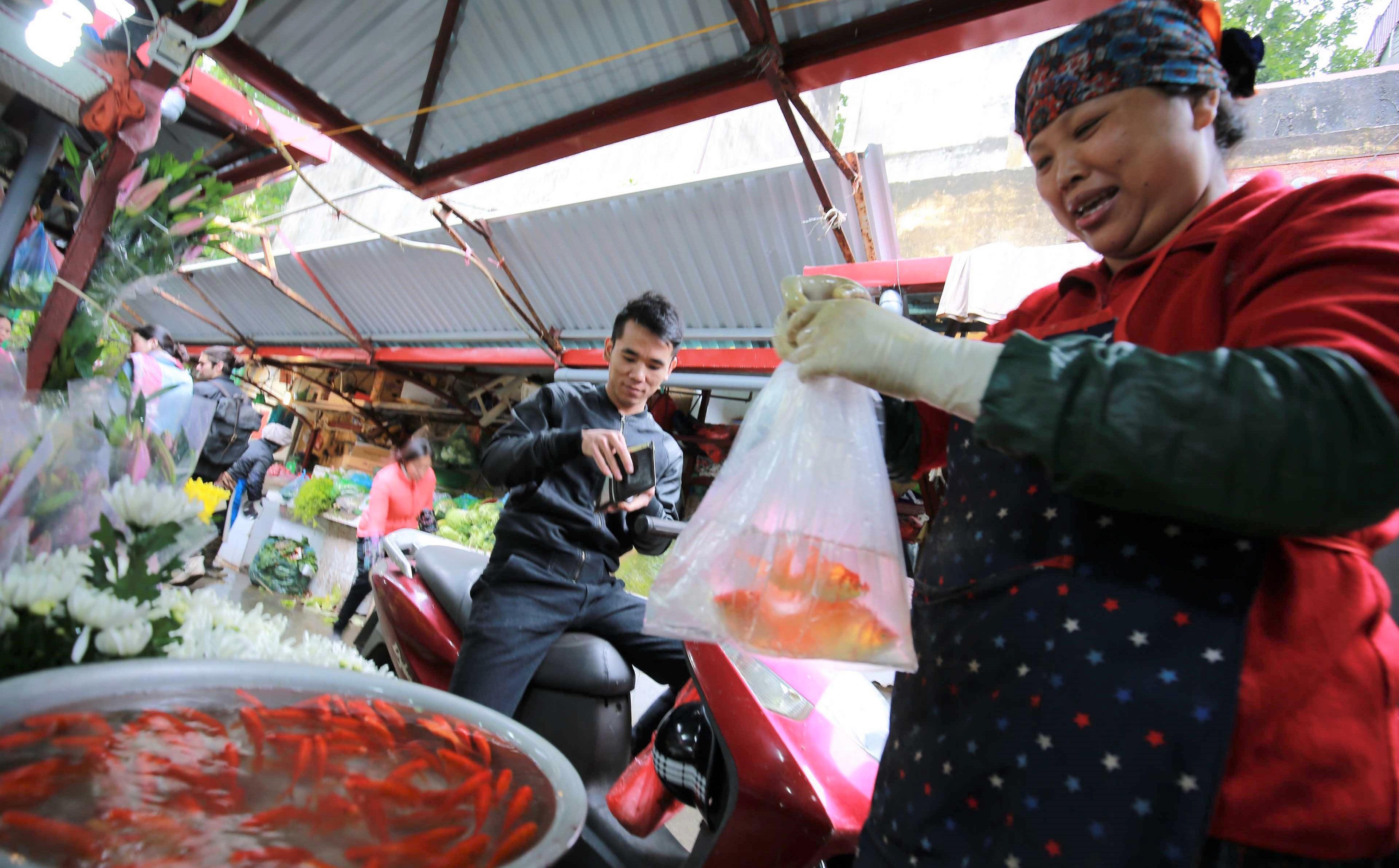 Người Hà Nội nhộn nhịp mua sắm đồ lễ tiễn ông Táo về trời