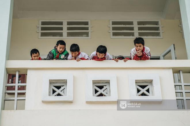 Chuyện buồn phía sau ngôi trường trên mây đẹp nhất Việt Nam: Đi bộ hàng cây số đến trường, con cái học quá giỏi lại trở thành gánh nặng cho cha mẹ - Ảnh 1.
