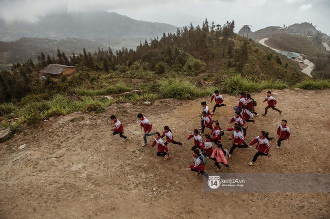 Chuyện buồn phía sau ngôi trường trên mây đẹp nhất Việt Nam: Đi bộ hàng cây số đến trường, con cái học quá giỏi lại trở thành gánh nặng cho cha mẹ - Ảnh 2.