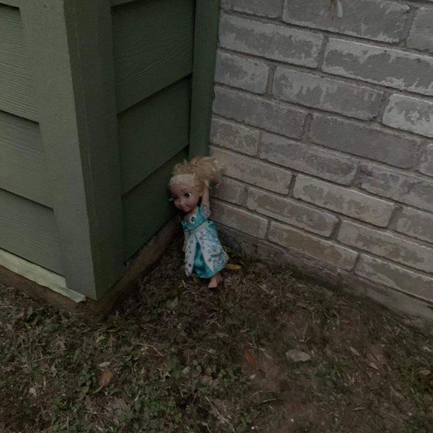 Không thể Let it go: Búp bê ma ám Elsa bị quẳng đi nhiều lần nhưng vẫn tìm đường quay về ám quẻ người sống, hót tiếng Tây điếc cả tai - Ảnh 3.