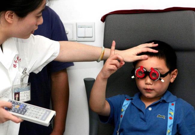 Xem máy tính bảng nhiều giờ mỗi ngày, bé trai 5 tuổi bị cận thị nặng 10 độ - Ảnh 1.