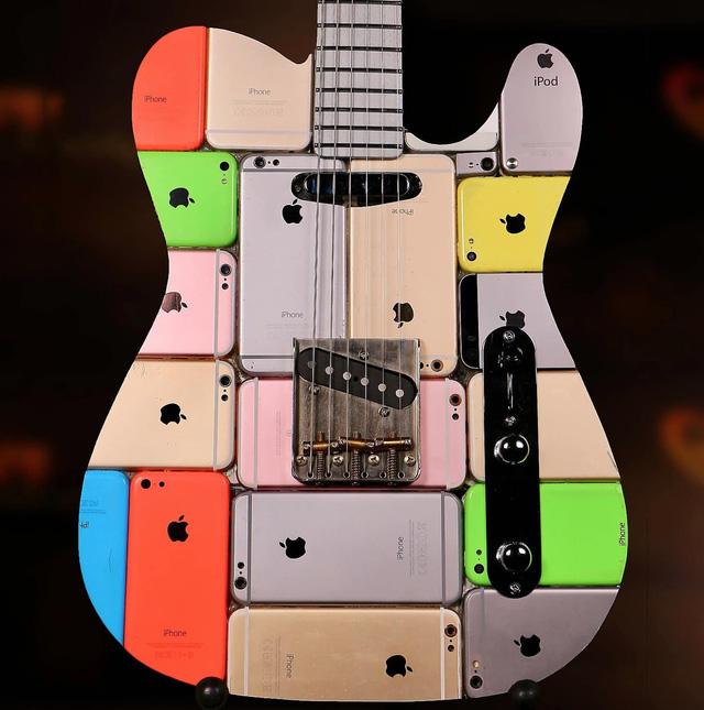 Siêu chất: Chiếc guitar được làm từ 106 chiếc iPhone - Ảnh 1.