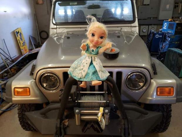 Không thể Let it go: Búp bê ma ám Elsa bị quẳng đi nhiều lần nhưng vẫn tìm đường quay về ám quẻ người sống, hót tiếng Tây điếc cả tai - Ảnh 4.