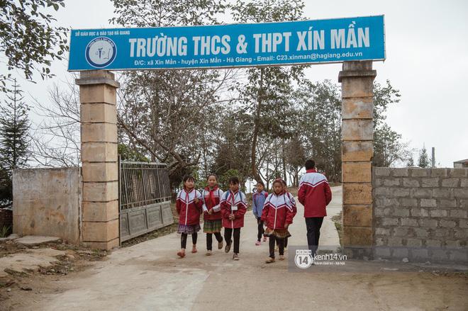 Chuyện buồn phía sau ngôi trường trên mây đẹp nhất Việt Nam: Đi bộ hàng cây số đến trường, con cái học quá giỏi lại trở thành gánh nặng cho cha mẹ - Ảnh 4.