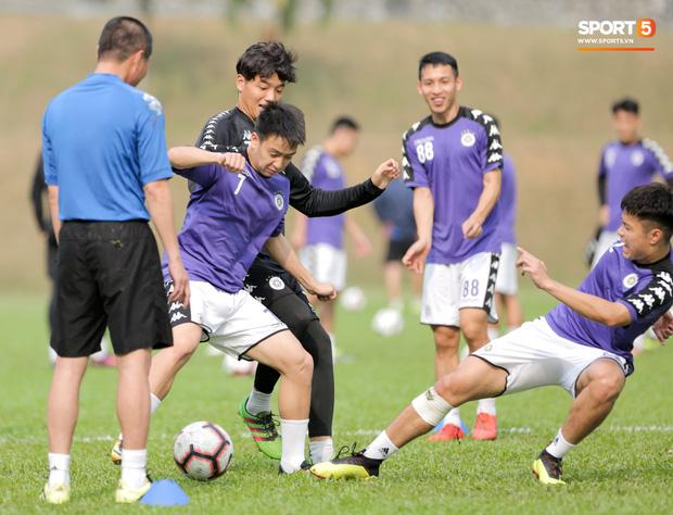 Huy râu túm cổ bắt nạt đàn em, Hà Nội FC tập buổi cuối trước ngày đấu đối thủ mạnh từ Thái Lan - Ảnh 4.