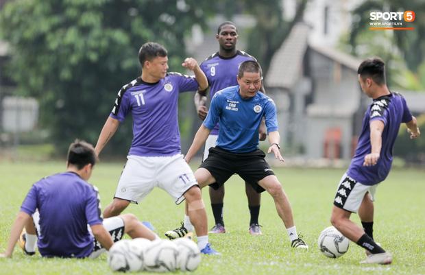 Huy râu túm cổ bắt nạt đàn em, Hà Nội FC tập buổi cuối trước ngày đấu đối thủ mạnh từ Thái Lan - Ảnh 5.