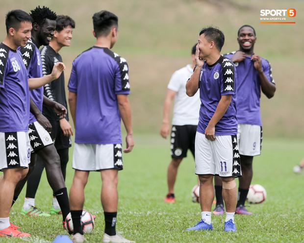 Huy râu túm cổ bắt nạt đàn em, Hà Nội FC tập buổi cuối trước ngày đấu đối thủ mạnh từ Thái Lan - Ảnh 7.