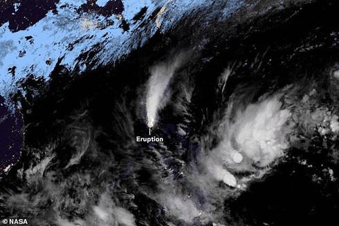 Hình ảnh núi lửa phun trào nhìn từ không gian