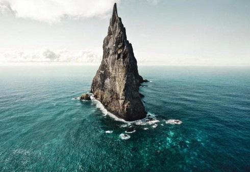Những hòn đảo kỳ quái cai trị bởi động vật bí ẩn - Ảnh 1.
