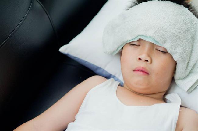 Dù con bị sốt nhưng bà mẹ vẫn để con ở nhà tự khỏi bệnh.