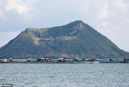 Hình ảnh núi lửa Taal trước khi phun trào