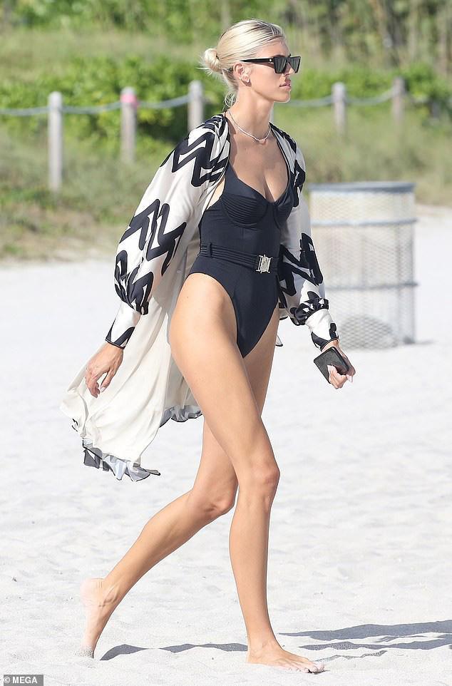 Chiêm ngưỡng vóc dáng đẹp từng cm của siêu mẫu Devon Windsor với bikini - Ảnh 4.