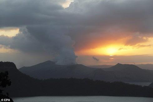Những cột khói cao từ núi lửa Taal sau khi phun trào