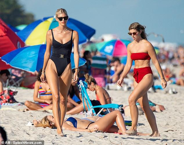 Chiêm ngưỡng vóc dáng đẹp từng cm của siêu mẫu Devon Windsor với bikini - Ảnh 5.
