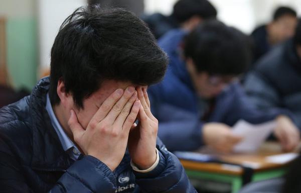 Thấy bạn cùng lớp có thành tích học tập vượt trội hơn con mình, bà mẹ lập tức lùng số điện thoại rồi tung lời đe dọa đáng sợ - Ảnh 1.