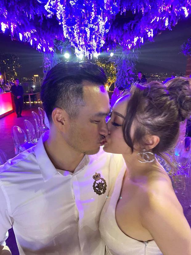 Chi Bảo hôn say đắm bạn gái kém 16 tuổi trong tiệc sinh nhật sang chảnh, phản ứng của Trương Ngọc Ánh đặc biệt hơn - Ảnh 1.