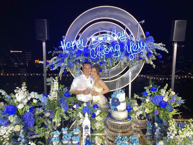 Chi Bảo hôn say đắm bạn gái kém 16 tuổi trong tiệc sinh nhật sang chảnh, phản ứng của Trương Ngọc Ánh đặc biệt hơn - Ảnh 2.