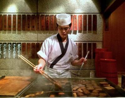 Choáng váng nhà hàng Nhật Bản sử dụng nồi nước dùng đun đi đun lại suốt 74 năm - Ảnh 2.