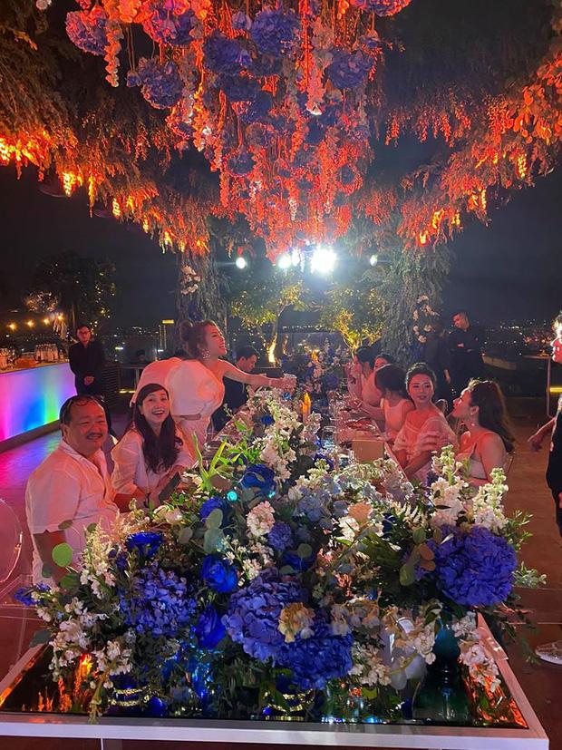 Chi Bảo hôn say đắm bạn gái kém 16 tuổi trong tiệc sinh nhật sang chảnh, phản ứng của Trương Ngọc Ánh đặc biệt hơn - Ảnh 4.