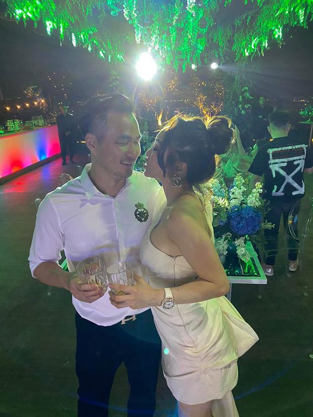 Chi Bảo hôn say đắm bạn gái kém 16 tuổi trong tiệc sinh nhật sang chảnh, phản ứng của Trương Ngọc Ánh đặc biệt hơn - Ảnh 6.