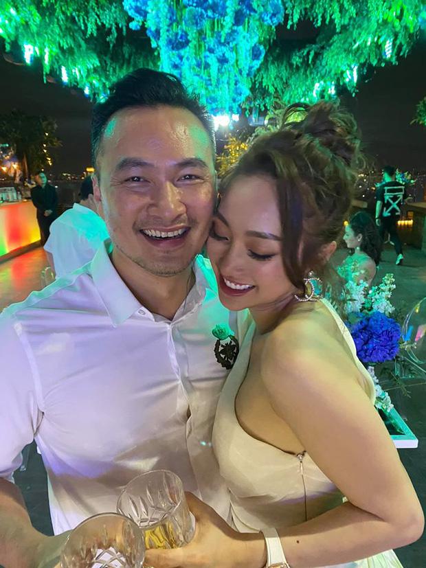 Chi Bảo hôn say đắm bạn gái kém 16 tuổi trong tiệc sinh nhật sang chảnh, phản ứng của Trương Ngọc Ánh đặc biệt hơn - Ảnh 7.