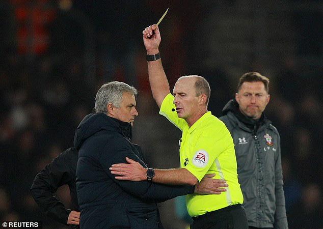Ngang nhiên mò sang nhìn trộm chiến thuật của đối thủ, Mourinho phải nhận thẻ vàng - Ảnh 2.